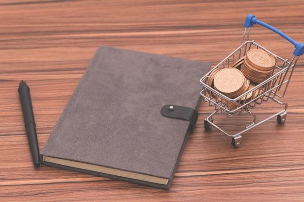 O livro está na mesa, o conceito adora ler e escrever