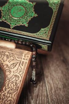 O livro sagrado do alcorão no stand