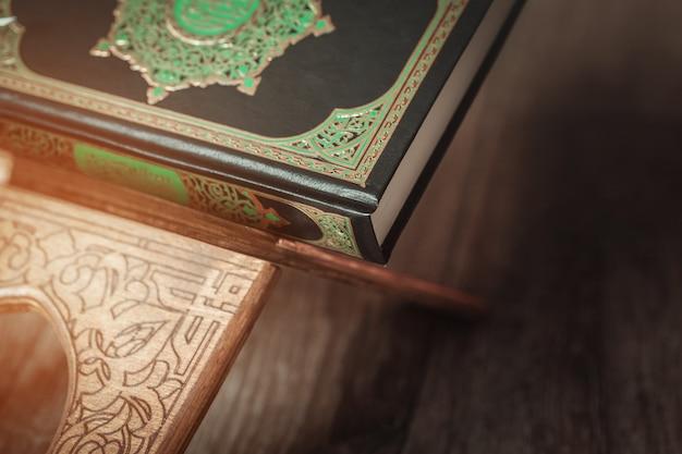 O livro sagrado do corão no estande
