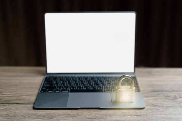 O local da chave de bloqueio mestre de ouro no laptop é um conceito para bloquear dados.