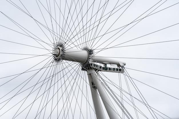 O london eye é uma roda de observação em balanço na margem sul do rio tamisa, em londres