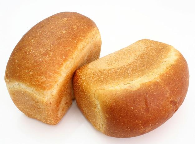 O longo pão vermelho com a crosta frita é isolado