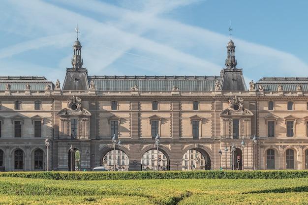 O louvre em paris, o maior museu do mundo, a pirâmide do louvre.