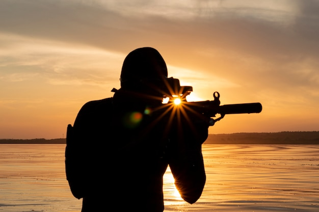 O lutador de uma unidade especial sai da água e se prepara para o início da operação. mídia mista. o conceito de instabilidade no mundo, hostilidades, crise. rússia vs eua
