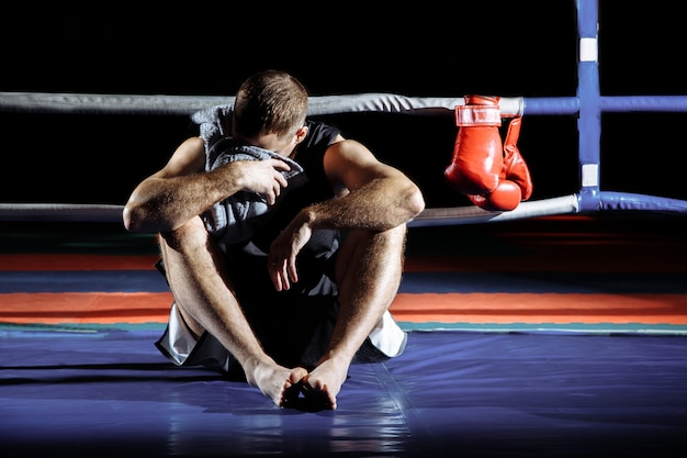 O lutador descansa após a luta