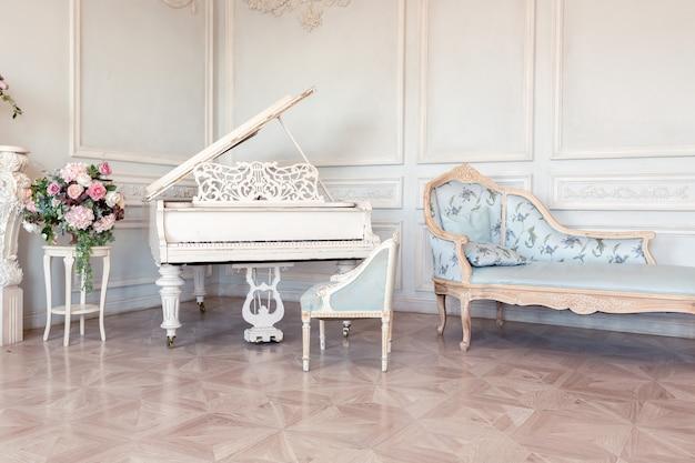 O luxuoso interior claro da sala de estar em estilo barroco, como em um castelo real, com móveis antigos e elegantes