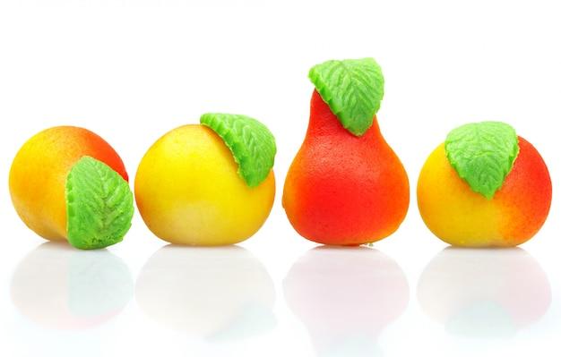 O maçapão de doces. em forma de fruta