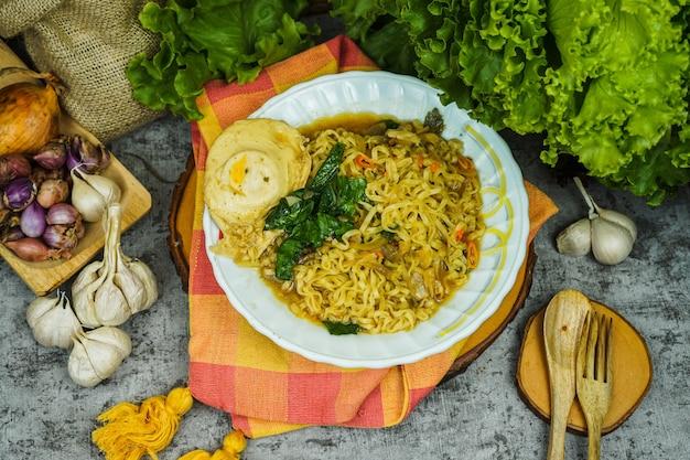 O macarrão é geralmente cozido em água fervente, às vezes com óleo de cozinha ou sal adicionado.