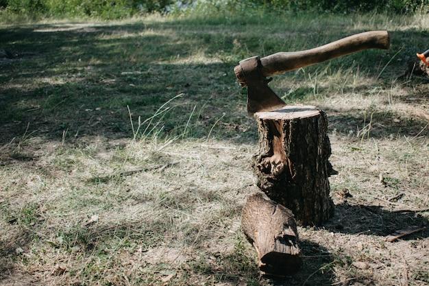 O machado é esfaqueado com uma lâmina no coto