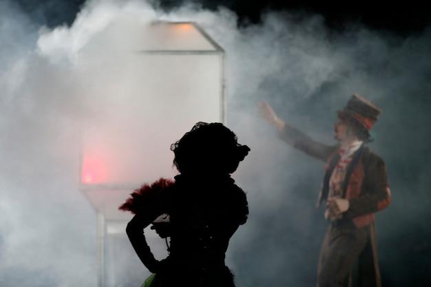 O mágico no circo mostra o número. o mágico está noivo