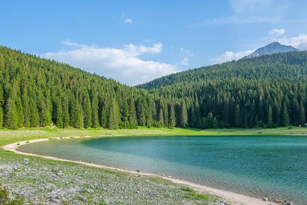 O magnífico lago negro está localizado no parque nacional durmitor, no norte de montenegro.