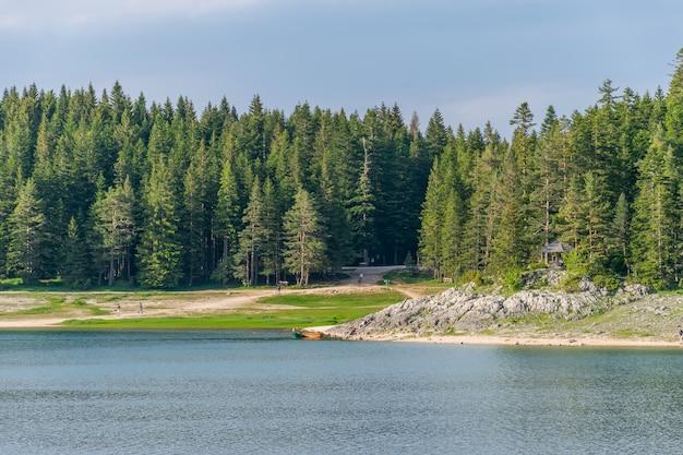 O magnífico lago negro está localizado no parque nacional durmitor, no norte do montenegro.