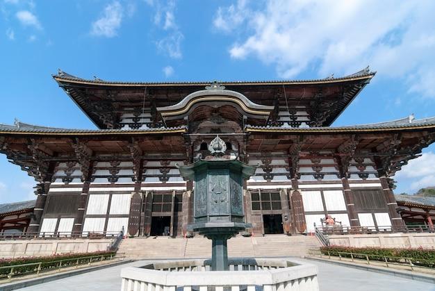O maior edifício de madeira do mundo - templo todai-ji em nara, japão, com turistas caminhando, este edifício tem 49 metros de altura e é conhecido como o salão do grande buda