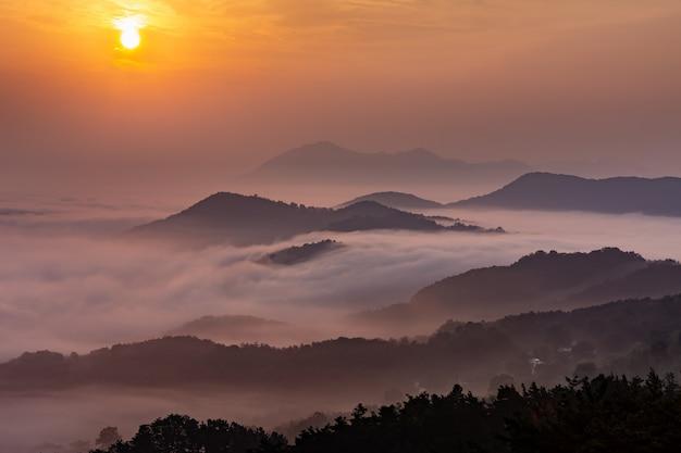 O mar de nuvens e o nascer do sol do topo da montanha coreana