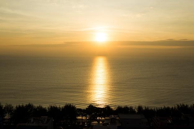 O mar e o céu do nascer do sol