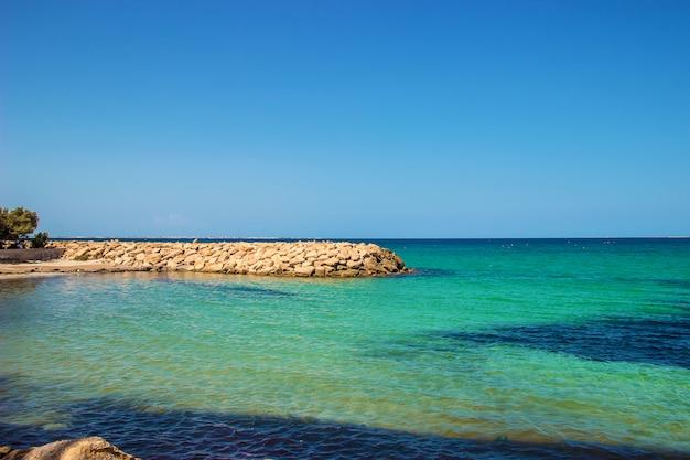 O mar mediterrâneo tunísia mahdia. foco seletivo.