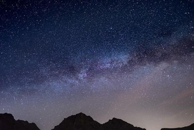 O maravilhoso céu estrelado na época do natal