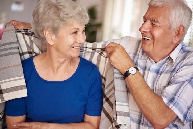 O marido ajuda a esposa a fazê-la se sentir mais calorosa