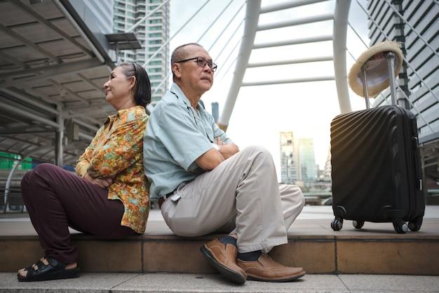 O marido e a esposa brigam e ficam bravos enquanto viajam para o exterior.