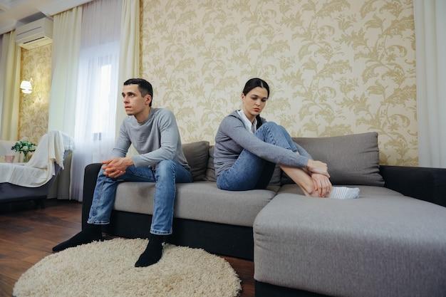 O marido e a mulher não falam depois da luta. casal ofendido