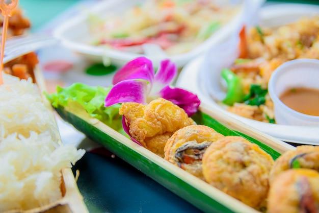 O marisco fritado é alimento da rua em tailândia.