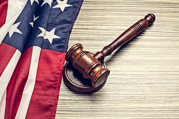 O martelo do juiz e com a bandeira dos eua
