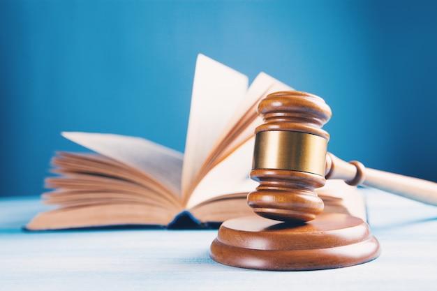 O martelo do juiz e o livro sobre a mesa