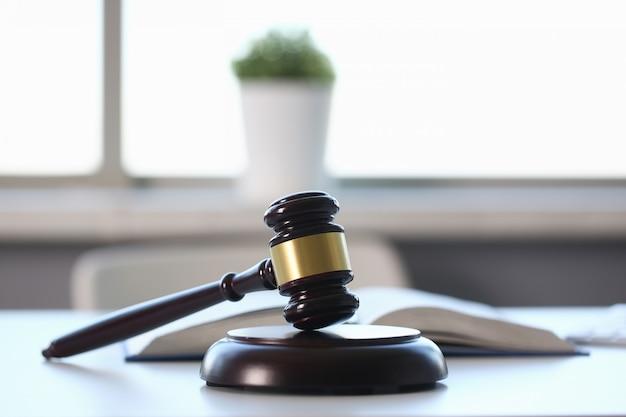 O martelo do juiz encontra-se na mesa