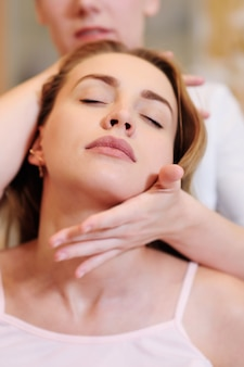 O massagista faz uma massagem no pescoço