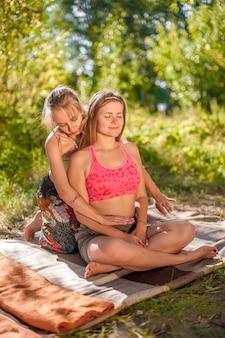O massoterapeuta mestre realiza adequadamente uma ótima massagem na floresta.