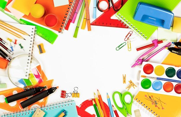 O material escolar em um fundo claro está disposto em um círculo