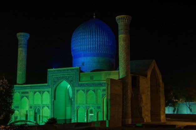 O mausoléu de amir timur durante a noite em samarcanda arquitetura do uzbequistão da ásia central