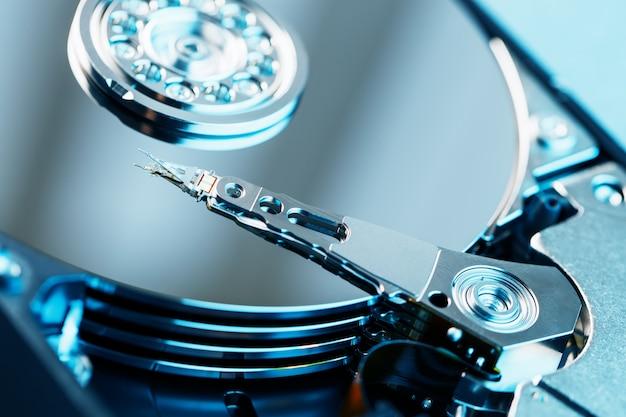 O mecanismo de dentro do disco rígido desmontado de um computador