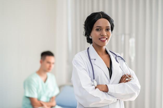 O médico americano está verificando os sintomas verificando o coração do paciente na cama do paciente