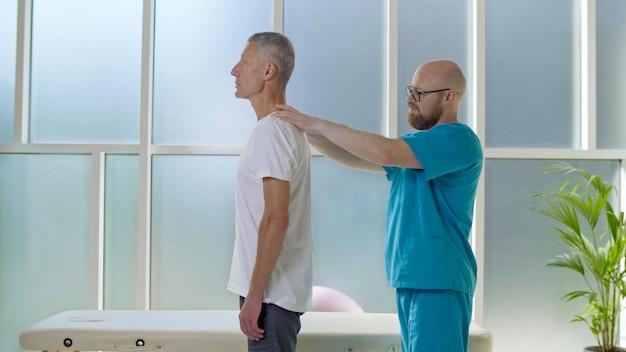 O médico coleta um histórico médico completo de problemas nas costas e realiza um exame físico detalhado.