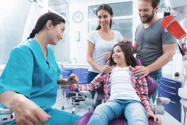 O médico da mulher terminou de tratar a menina.