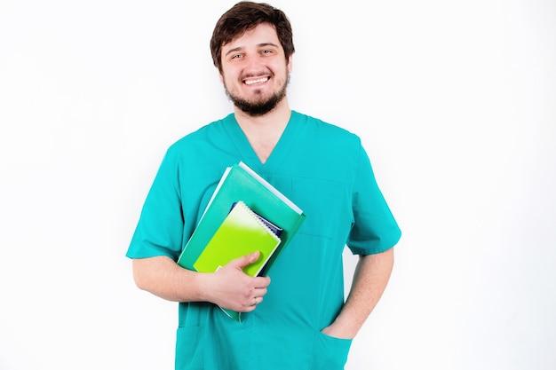 O médico de barba, sorrindo em uma parede branca