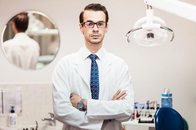 O médico dentista no consultório odontológico