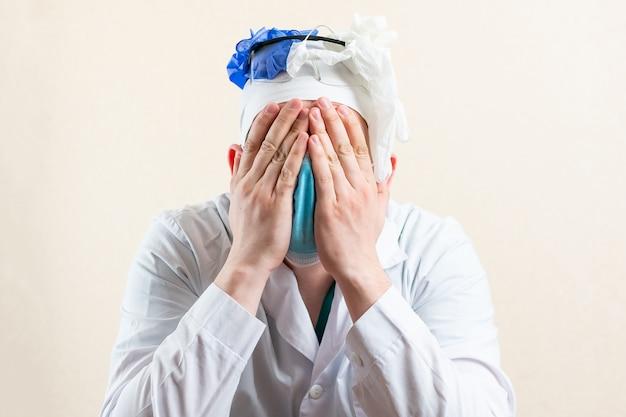 O médico enlouqueceu de trabalho. foto de alta qualidade