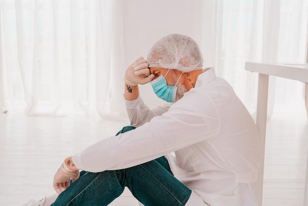 O médico está cansado e estressado devido a uma pandemia de vírus cobiçoso