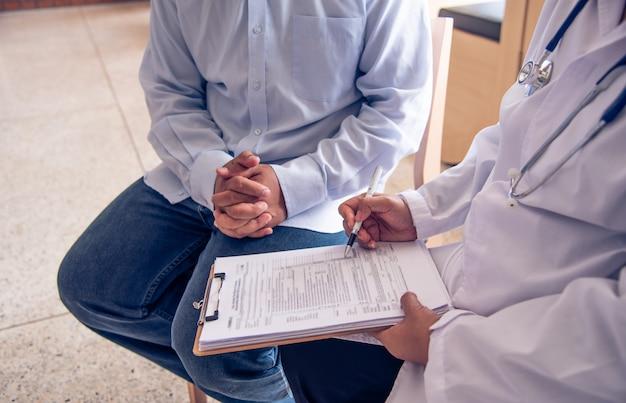 O médico está discutindo com o paciente após um exame físico dos resultados e diretrizes de tratamento