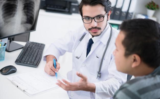 O médico está explicando para pacientes doentes.