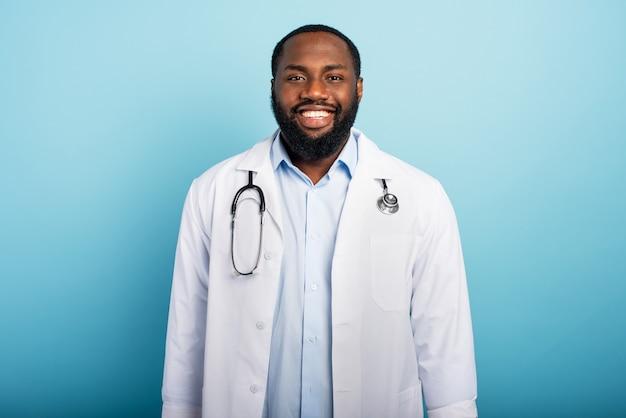 O médico está feliz porque a emergência do coronavírus covid-19 está chegando ao fim
