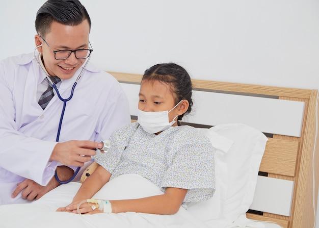O médico está tratando a garota.