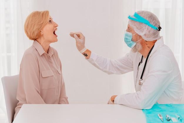 O médico está verificando o vírus cobiçoso com um testador
