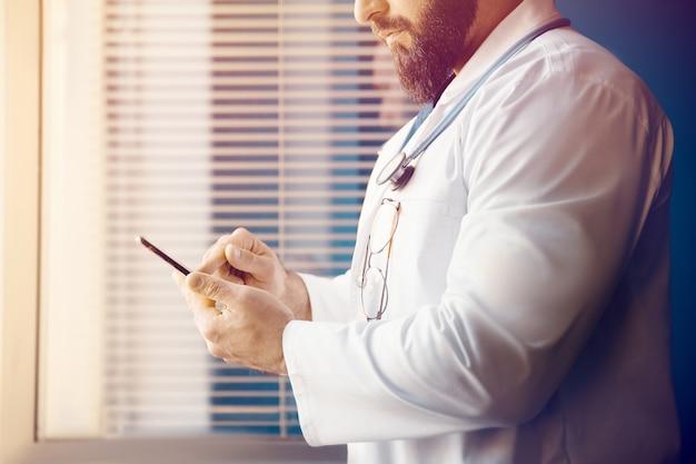 O médico examina as informações e prescreve uma receita online com tecnologia moderna