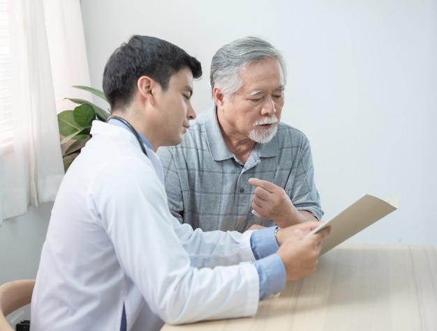 O médico explica o resultado do teste para o paciente mais velho.