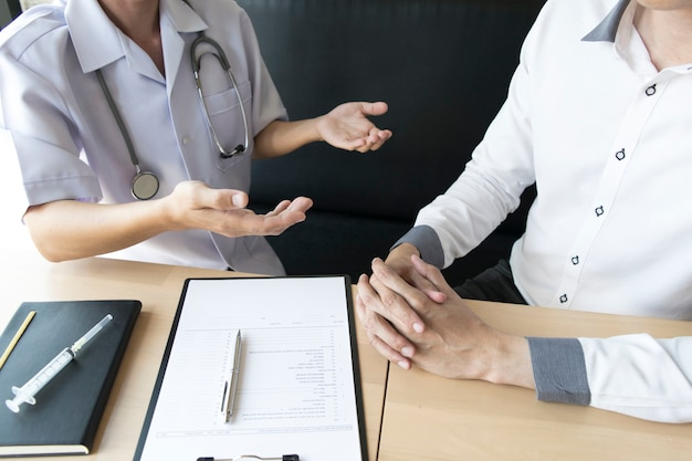 O médico explicou como cuidar da saúde dos pacientes com pressão alta.