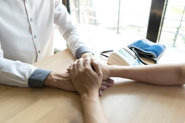 O médico fez um acordo com pacientes com pressão alta para manter a saúde