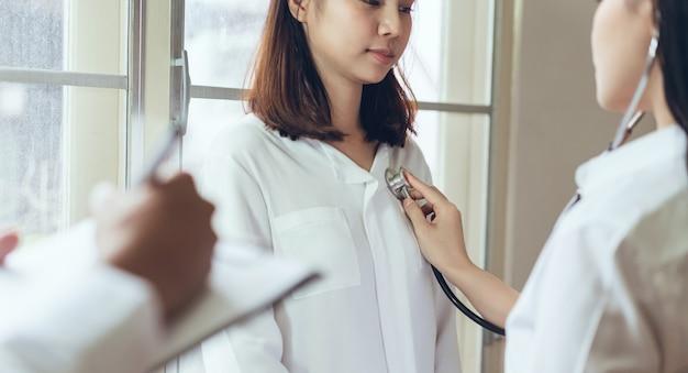 O médico fornece consulta ao paciente e registra o histórico do tratamento